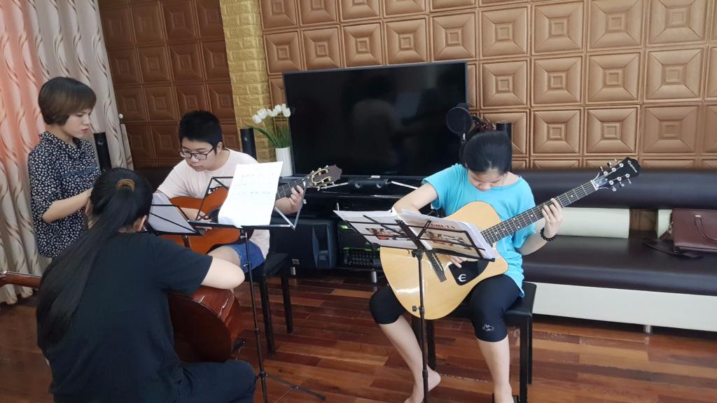 hoc-va-choi-dan-guitar
